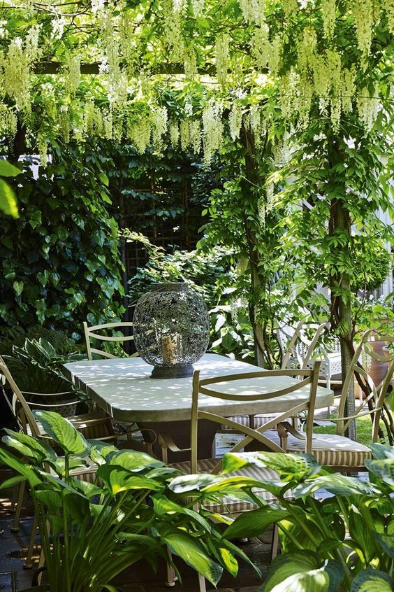 Backyard Dining Ideas: Cover It With Leaves