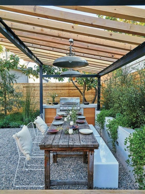 Backyard Dining Ideas: Modern Looking Back