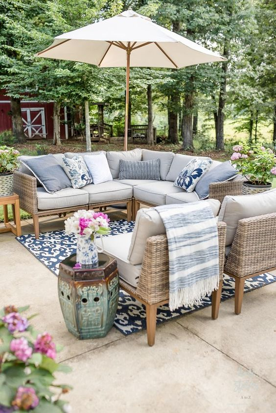 Patio Furniture Ideas: Elegant Seating Area