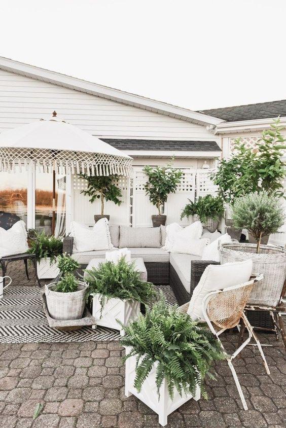 Farmhouse Backyard Ideas: Modern Farmhouse Backyard