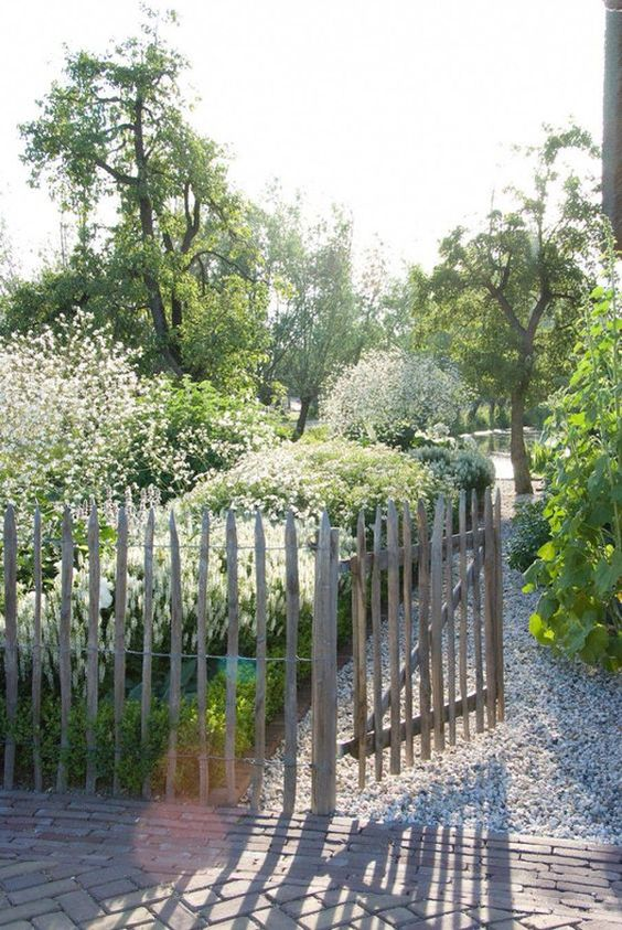 Garden Fence: Rustic Picket Fence