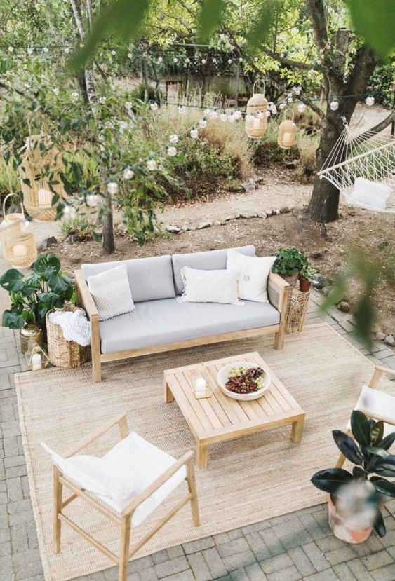 Patio Rug Ideas: Relaxing Farmhouse Backyard