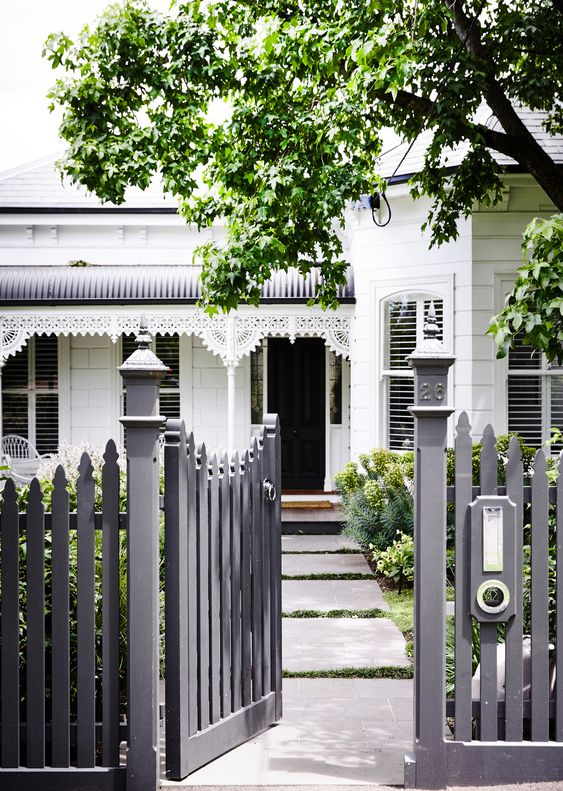 Picket Fence Ideas: Black Scallop Picket