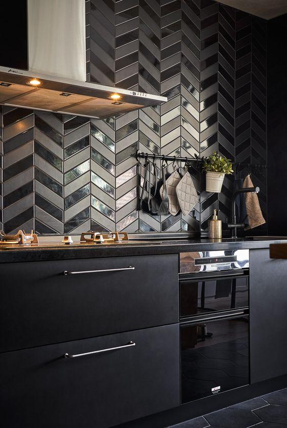 Kitchen Wall Ideas: Bold Black Backsplash
