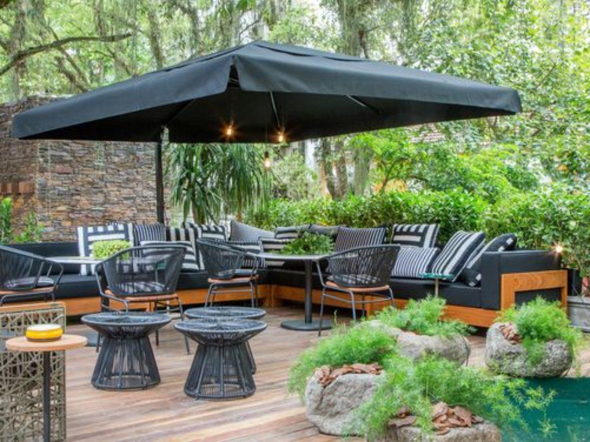 Chic Patio Umbrella Ideas to Provide Comfortable Outdoor Function