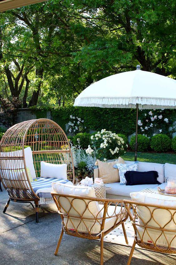 Patio Umbrella Ideas: Stunning Farmhouse Look