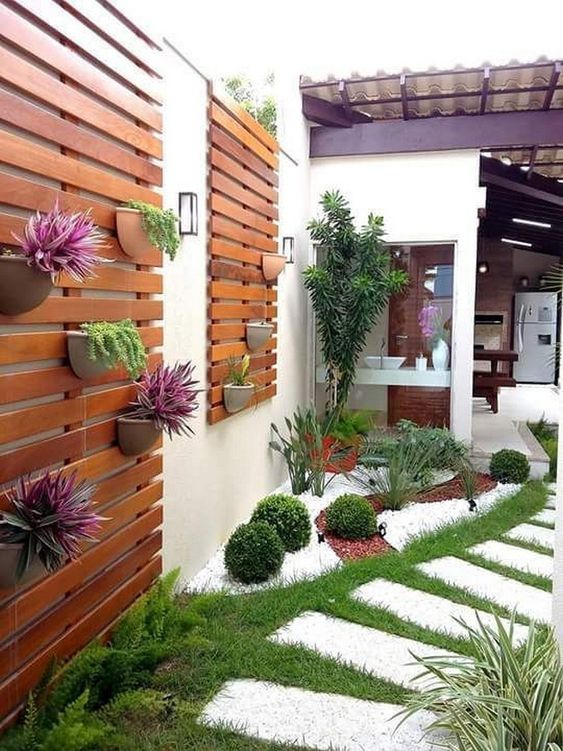 Backyard Wall Ideas: Stunning Wooden Pallet