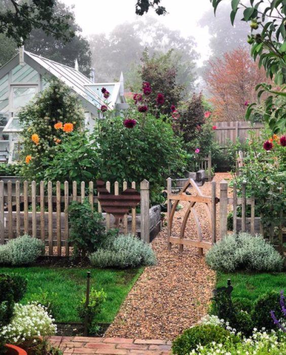 Rustic Fence Ideas: Rustic Vintage Vibe
