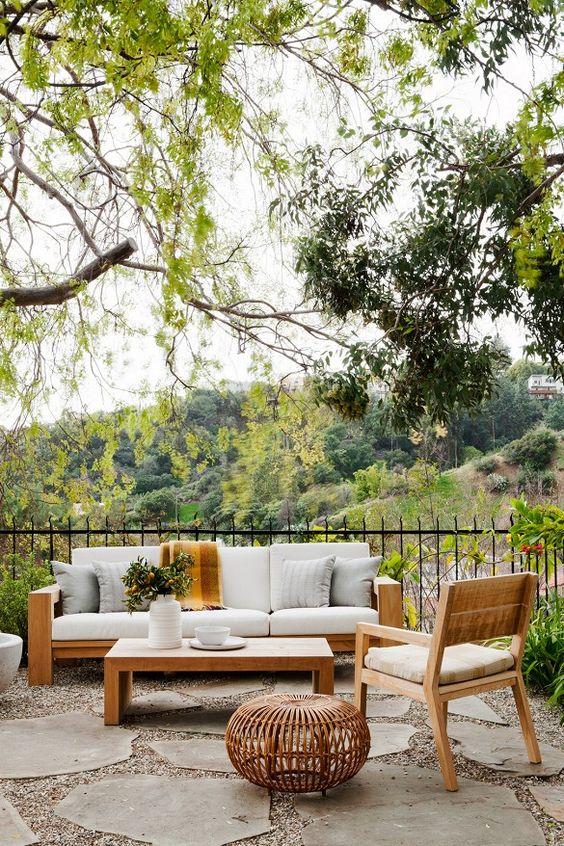 Backyard Sitting Area Ideas: Minimalist Outdoor Area