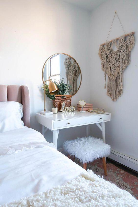 Bedroom Decor Ideas: Simple Makeup Corner