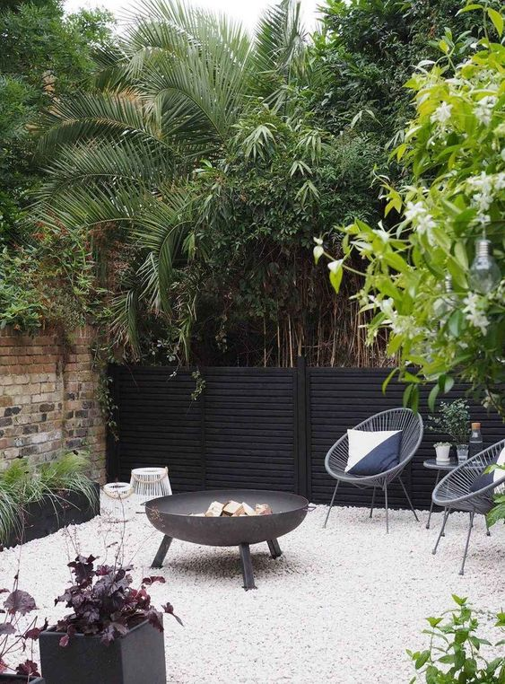 Black Fence Ideas: Modern Mid-Century Look