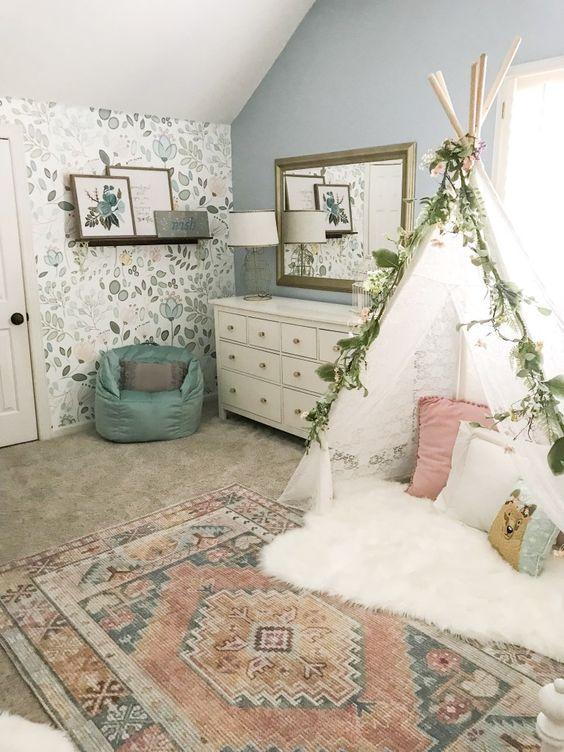 Bedroom Wallpaper Ideas: Lovely Floral Wallpaper