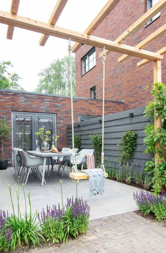 Cozy Backyard Ideas: Simple Dining Area